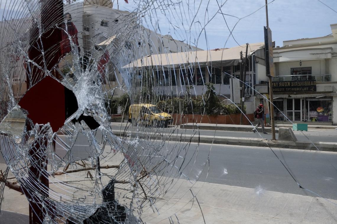 La vetrina rotta di un negozio nel quartiere di Les Almadie, Dakar, Senegal