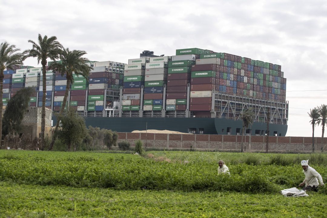 La Ever Given incagliata nel canale di Suez e le altre navi incolonnate