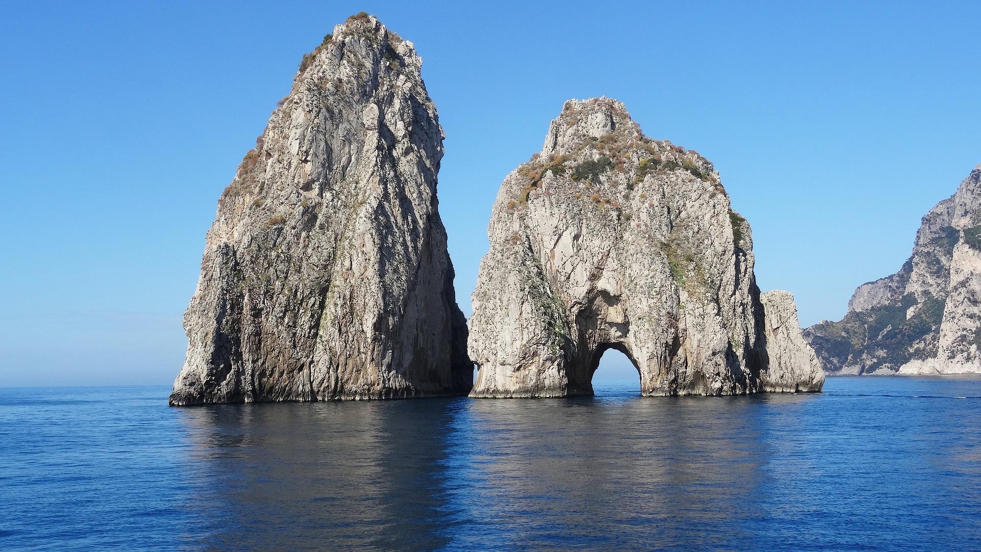 I faraglioni di Capri dove venivano pescati illegalmente datteri di mare