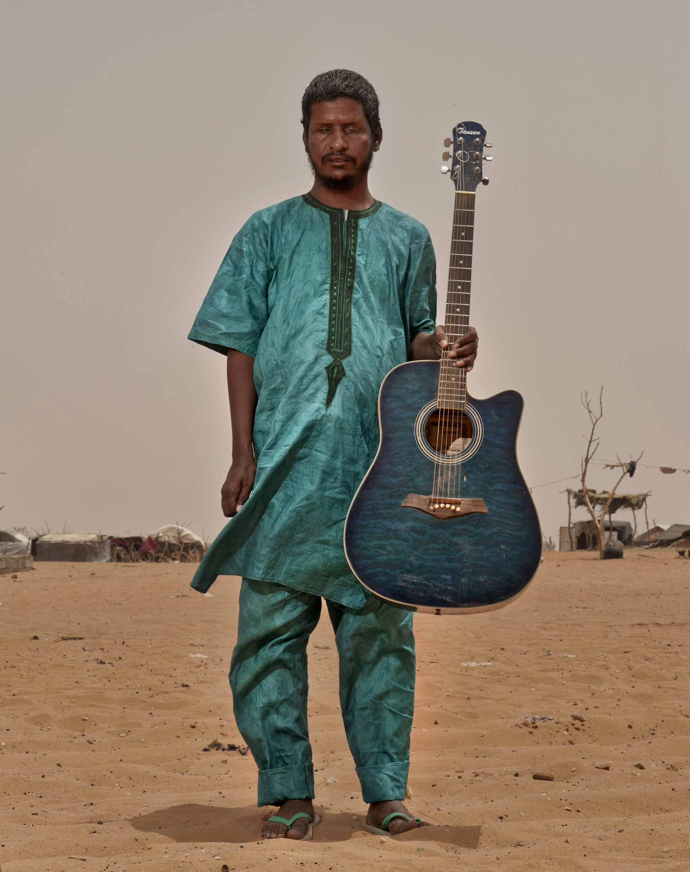 Il chitarrista non vedente Aliou Ouid Mohamed di Khalab & M'Berra Ensemble