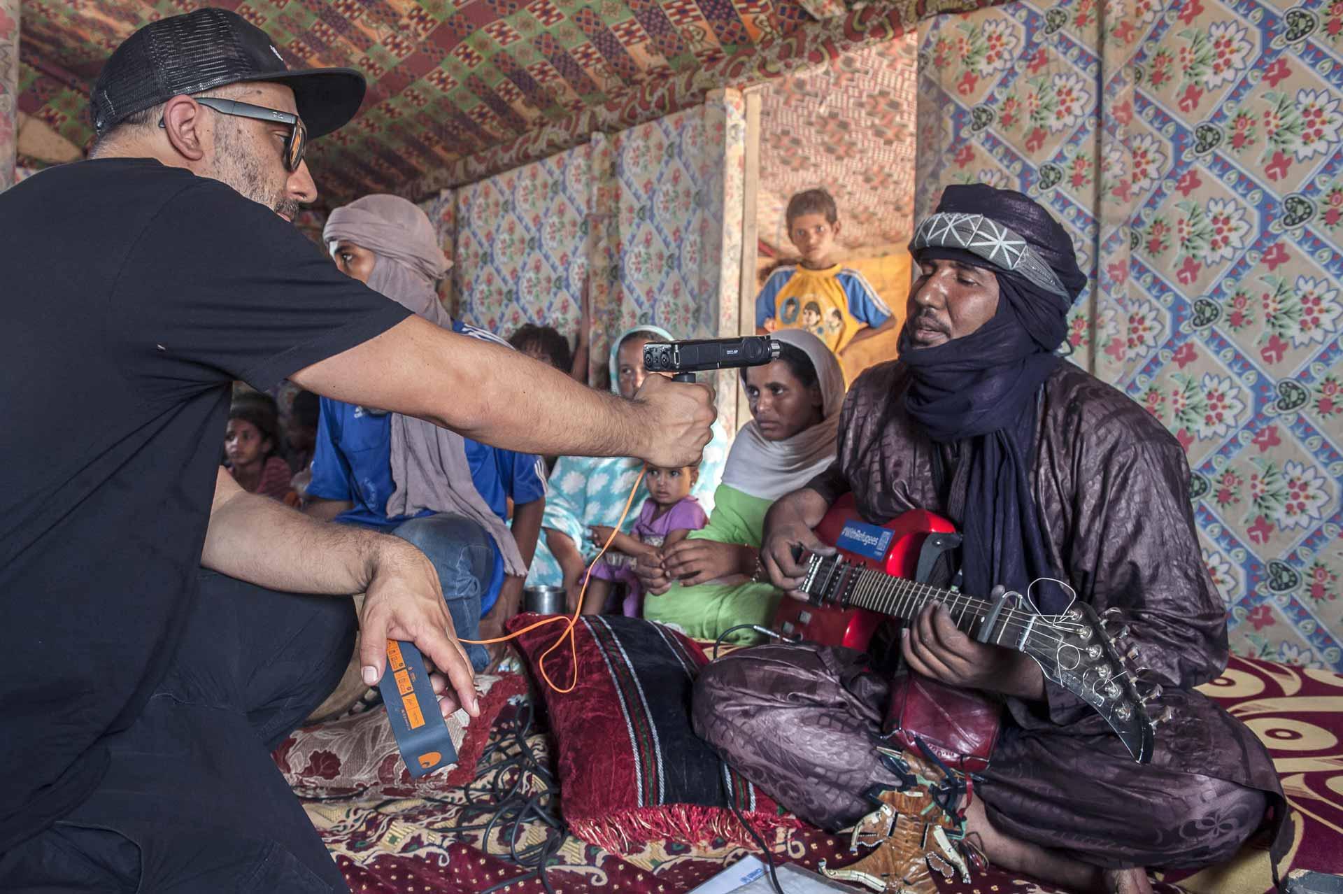 Khalab registra il suono della chitarra di un membro del M'Berra Ensemble
