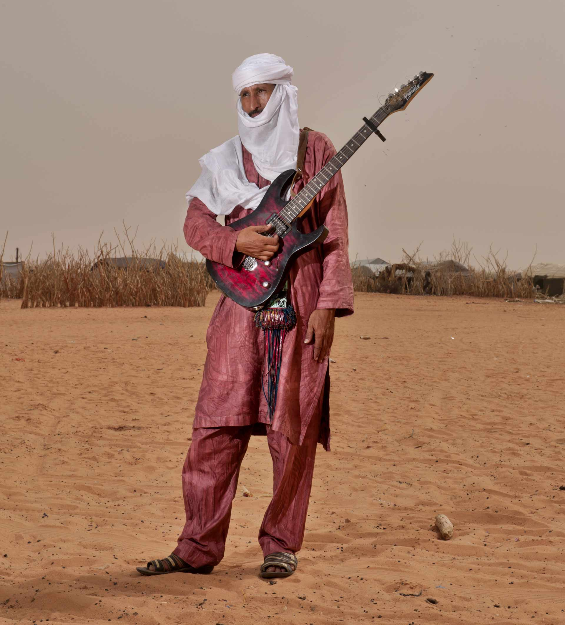 Mohamed Issa Ag Oumar chitarrista dell'album Khalab & M'Berra Ensemble