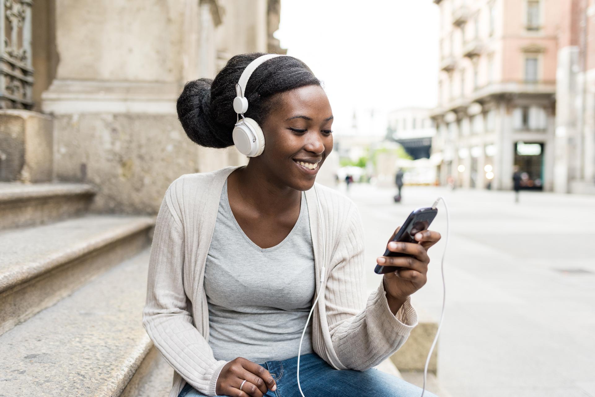L'algoritmo di Spotify propone più artisti maschi che femmine.