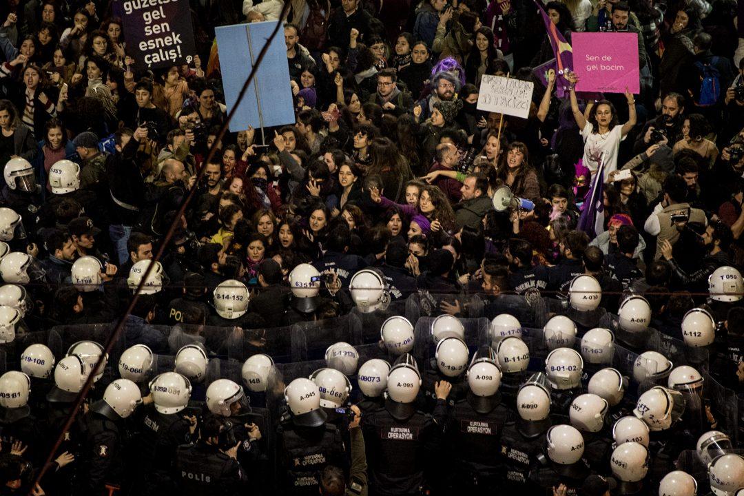 Una manifestazione in Turchia per i diritti delle donne e per la difesa della Convenzione di Istanbul