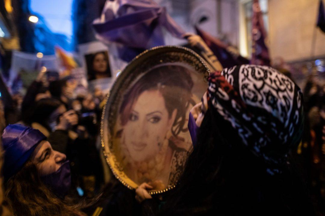 Una manifestazione in Turchia per i diritti delle donne e per la difesa della Convenzione di Istanbul, con il volto di una vittima di femminicidio