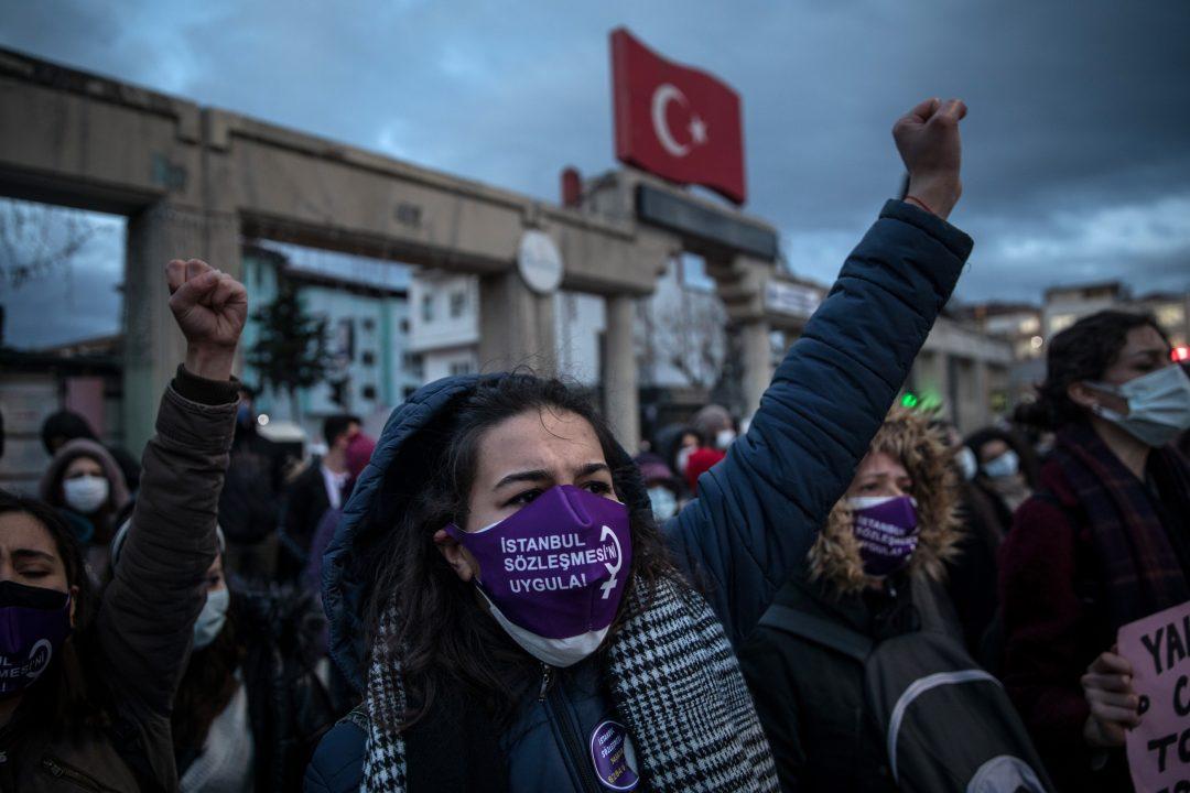 Una manifestazione in Turchia contro il ritiro dalla Convenzione di Istanbul