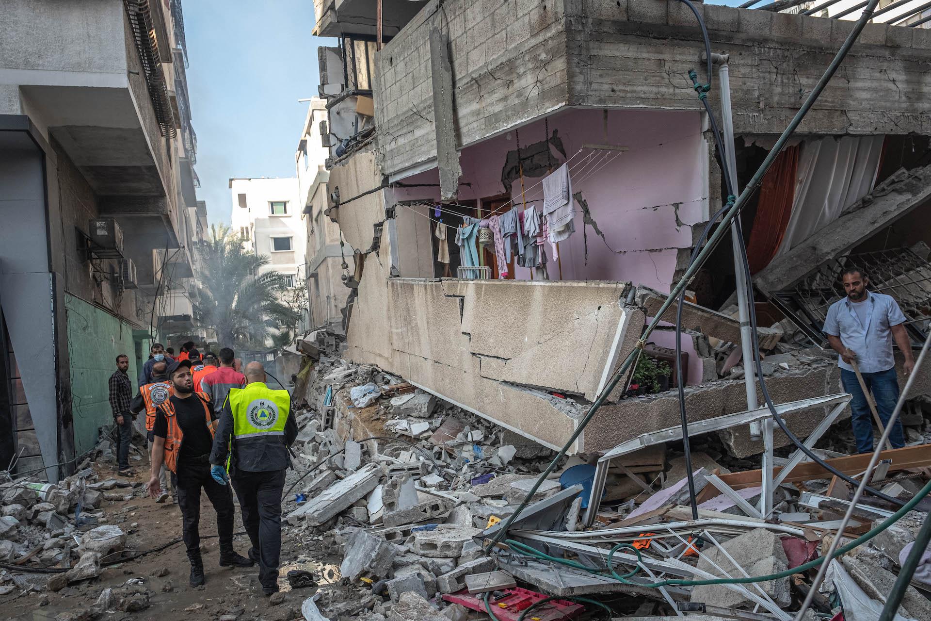 Soccorritori al lavoro nella Striscia di Gaza
