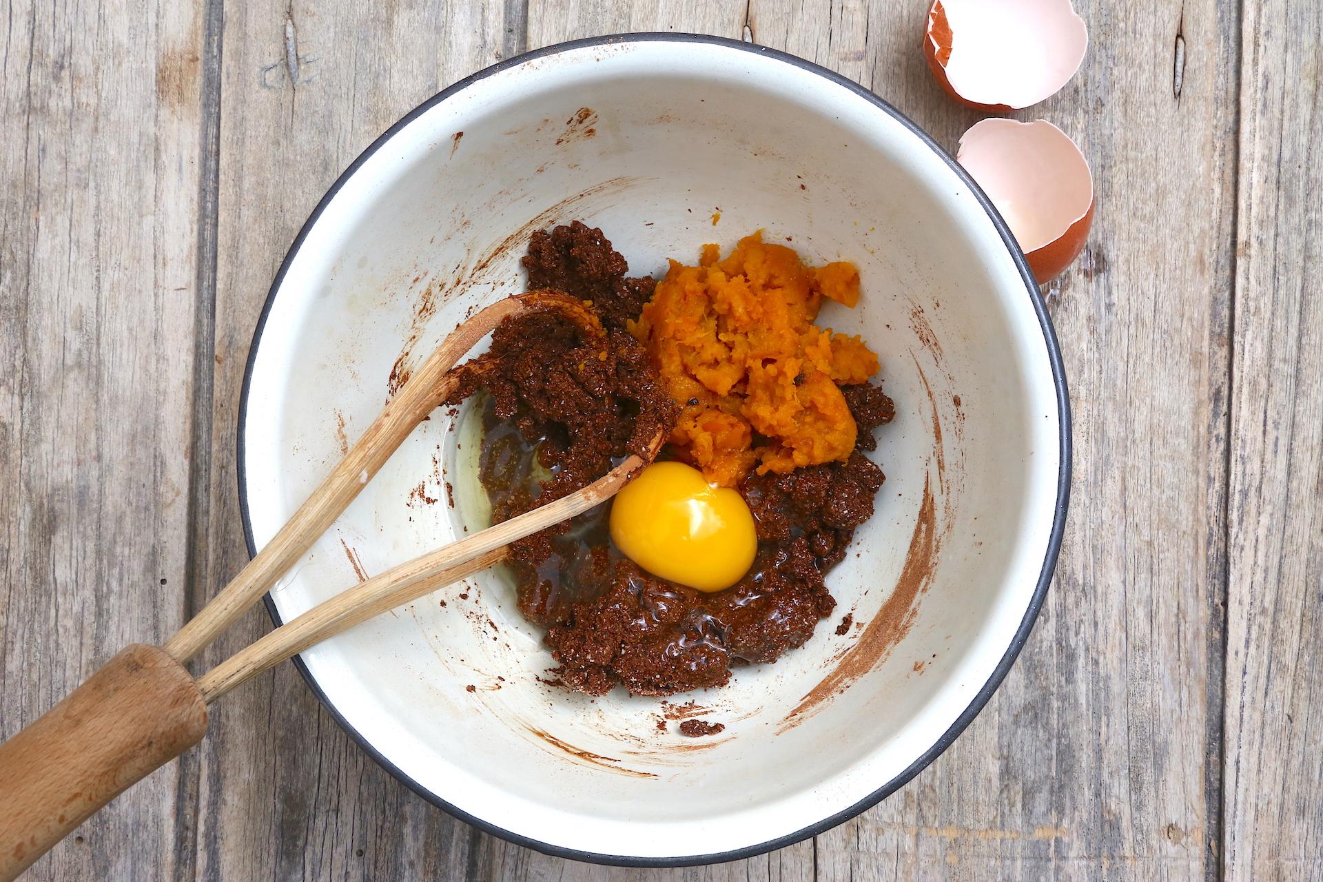 Aggiungi uova e zucca cotta © Beatrice Spagoni