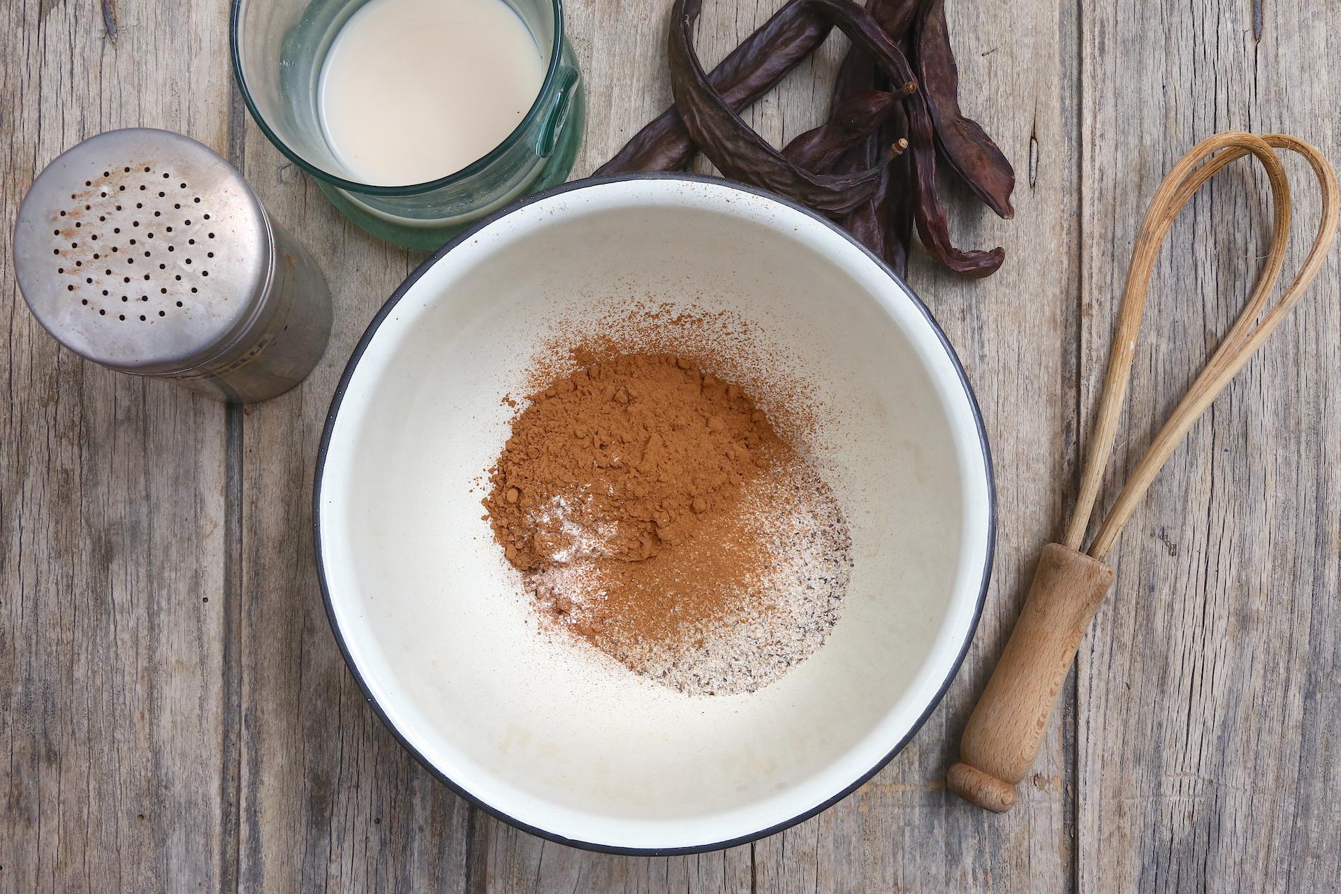 Mischia le farine con latte di soia © Beatrice Spagoni