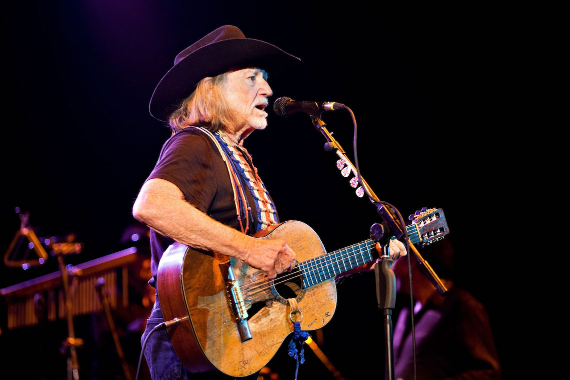 Willie Nelson durante un live all'Hammersmith Apollo di Londra.