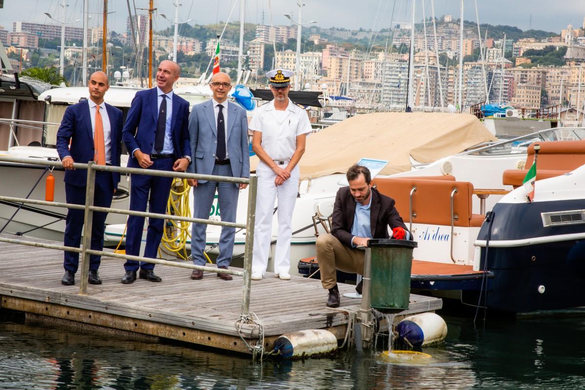 L'installazione di un Seabin del progetto LifeGate PlasticLess al porto antico di Genova grazie alla partecipazione di Grohe