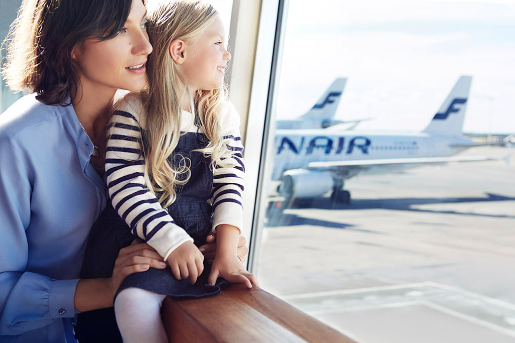 Finnair-mother-and-daughter-at-gate-01-Low