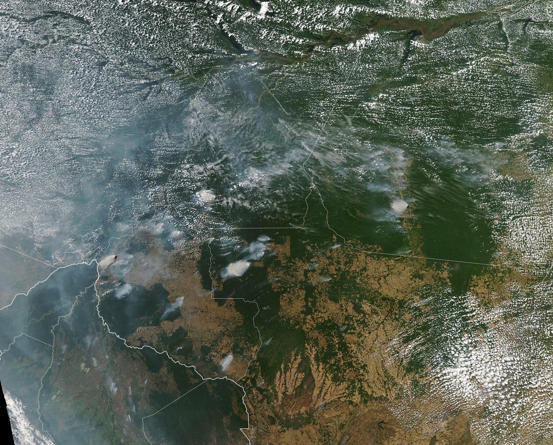 Il fumo degli incendi in Amazzonia ripreso da un satellite della Nasa