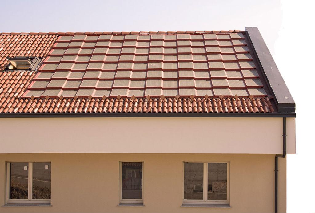 Pannello Solare Termico Integrato Tetto : La tegola fotovoltaica integrata per il tetto solare c è