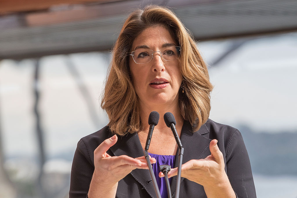 Naomi Klein durante una conferenza in Australia. Photo by Cole Bennetts/Getty Images.