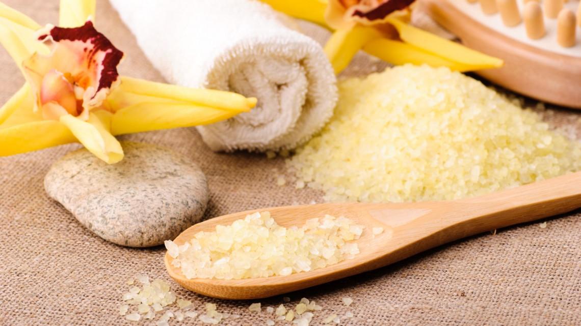 Il sale costituisce la base per molti scrub per il corpo - Ingimage