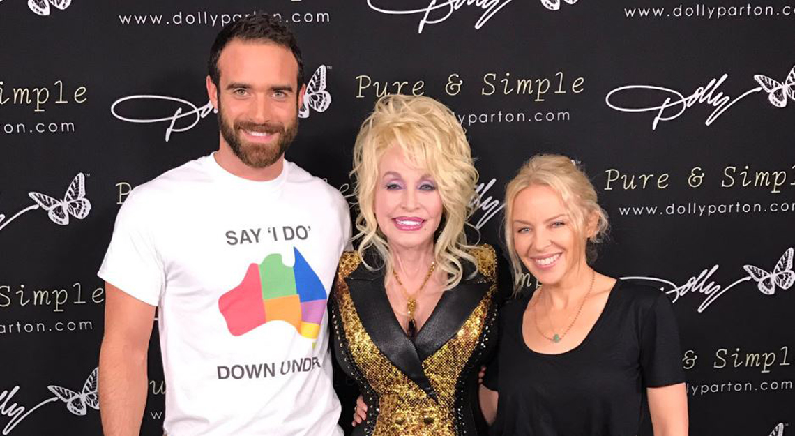 Joshua Sasse e Dolly Parton insieme per la campagna Say 'I Do' Down Under