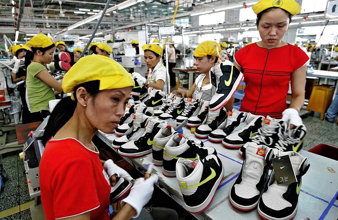 Lavoratrici in una fabbrica di scarpe Nike in Vietnam. © Associated Press