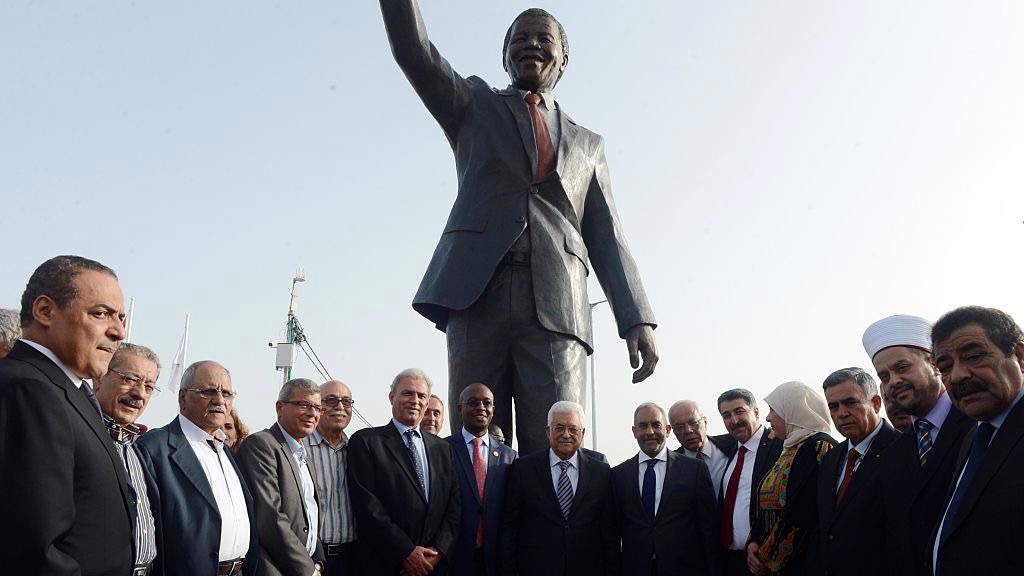La statua in bronzo di Nelson Mandela eretta a Ramallah in Cisgiordania. Photo by Thaer Ghanaim/Getty Images