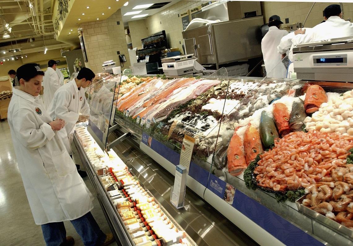 Consumatori al mercato del pesce