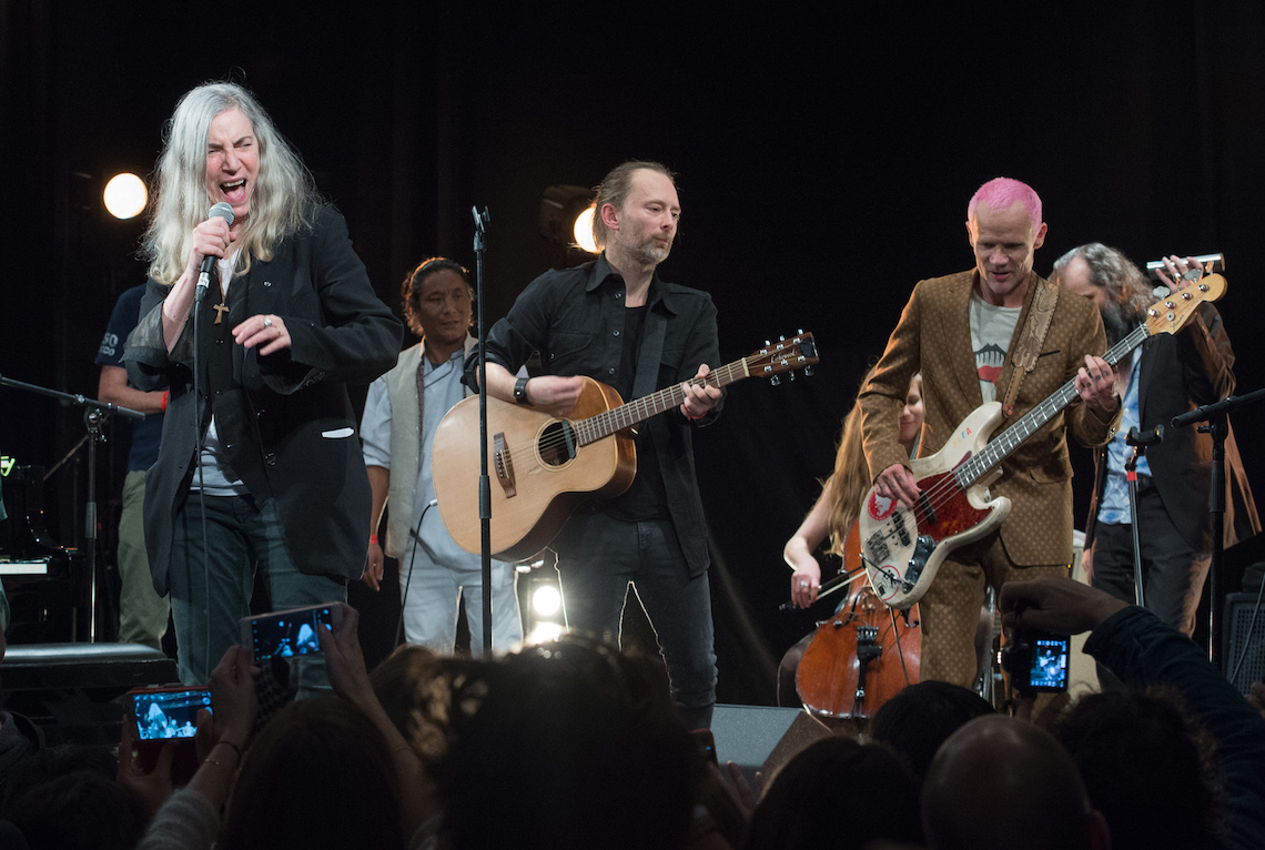 Patti Smith, Tenzin Choegyal, Thom Yorke e Flea insieme sul palco del Pathway to Paris. Foto by David Wolff - Patrick/Redferns.