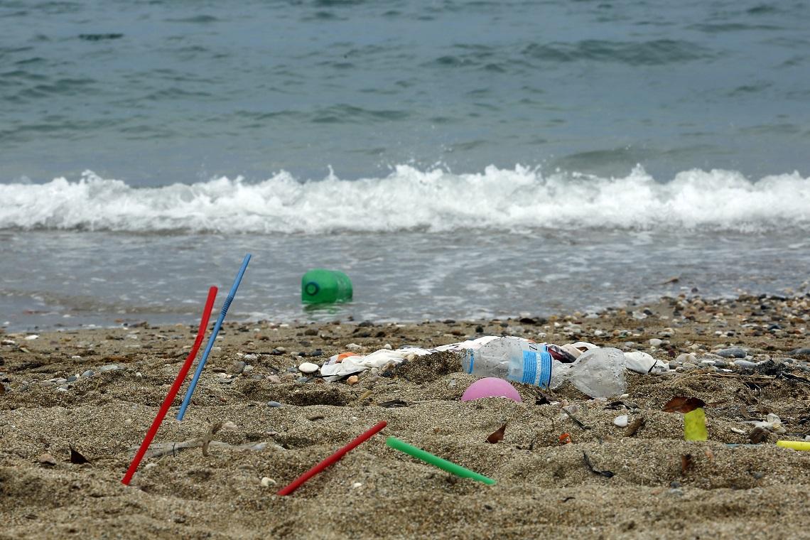 Litorale coperto da rifiuti plastici
