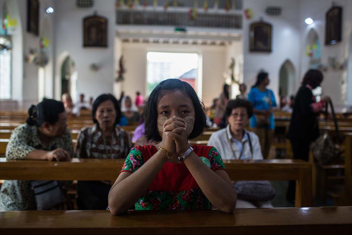 Ragazza cattolica prega durante la visita del Papa, Yangon, 28 novembre 2017. (Photo by Lauren DeCicca/Getty Images)