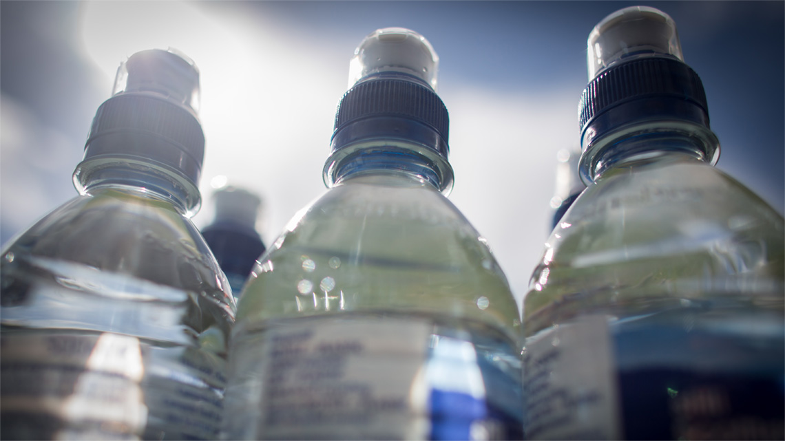 L'acqua minerale è solitamente commercializzata in bottiglie di plastica. L'uso della plastica e il trasporto dell'acqua via camion contribuiscono alla produzione di CO2 (foto di Matt Cardy/Getty Images)