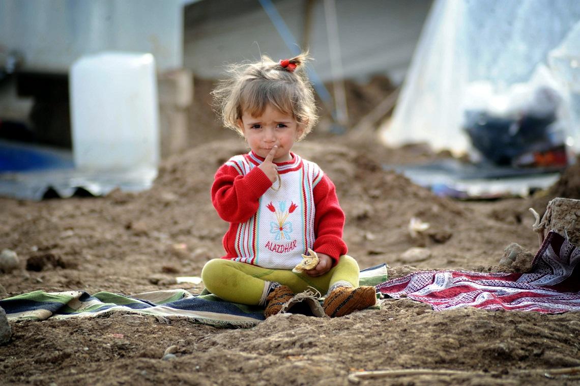 Bambina in un campo profughi