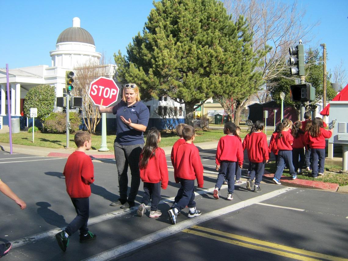 bambini che attraversano strada