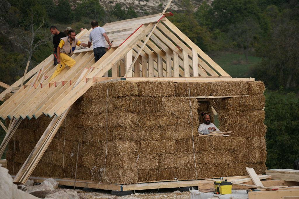 7 motivi per costruire una casa di paglia e poi andarci a for Piani di casa di balle di paglia