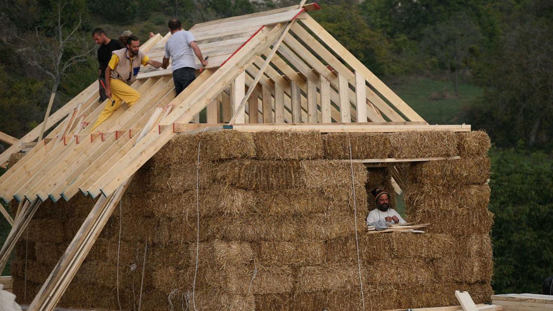 Vivere in una casa di paglia pro e contro for Tempo per costruire una casa