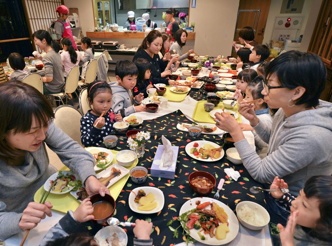 Giappone aumentano le tavole calde per i bambini poveri lifegate - Un locale con tavola calda ...