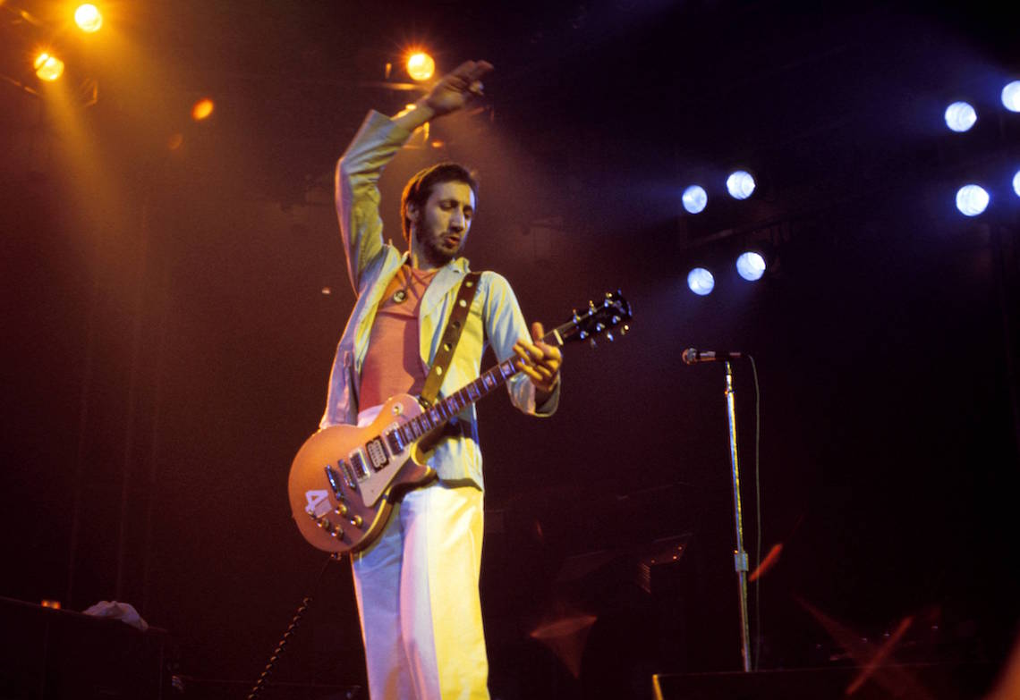 Pete Townshend e The Who live onstage, mentre suona la sua Gibson Les Paul Deluxe guitar, facendo il famoso 'windmill guitar'.