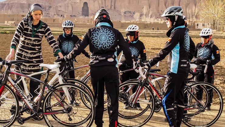 Le Donne Afgane Che Sfidano La Tradizione In Sella A Una Bicicletta