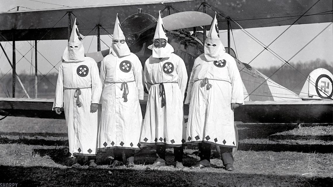 Uno dei simboli più diffusi dell'organizzazione razzista più contestata d'America: croce celtica, con una goccia rossa nel mezzo.