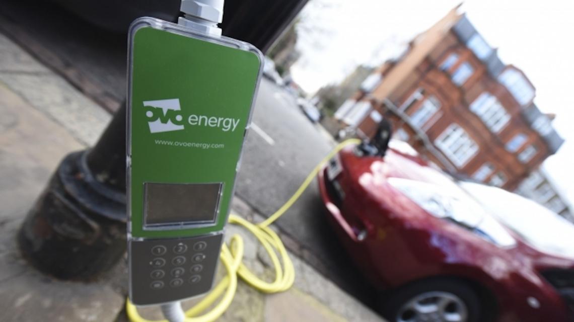 Le auto elettriche si ricaricano al lampione