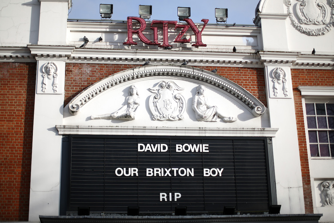 "La frase ""David Bowie our Brixton boy rip""  sul display del cinema Ritzy di Brixton il giorno della morte di David Bowie."
