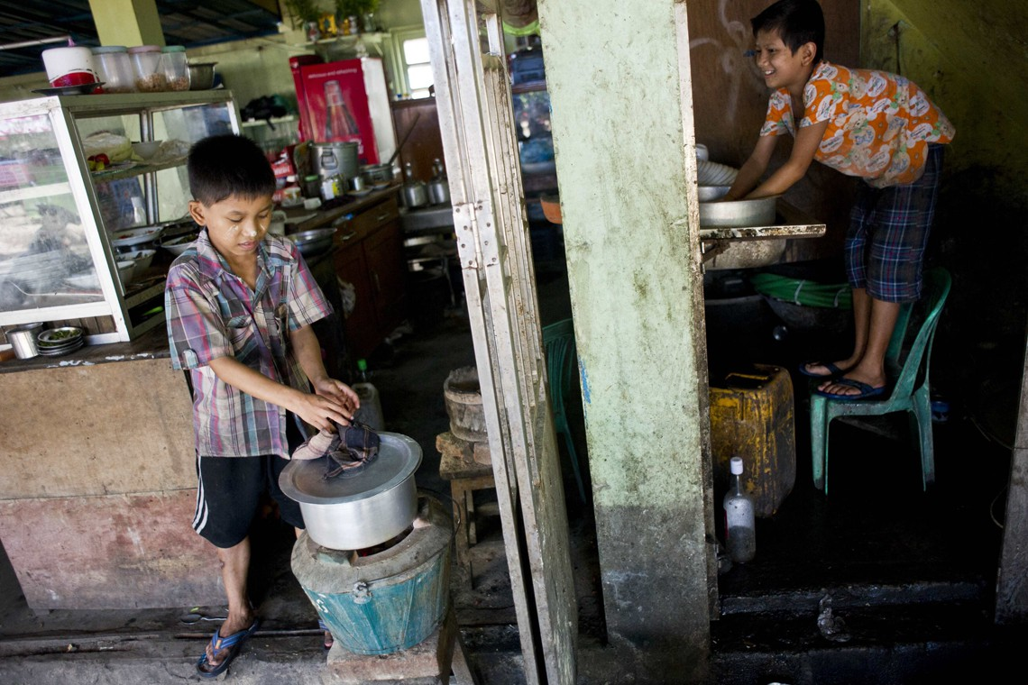Bambini lavoratori in un tea-shop nella periferia di Yangon (Photo credit should read Ye Aung Thu/AFP/Getty Images)