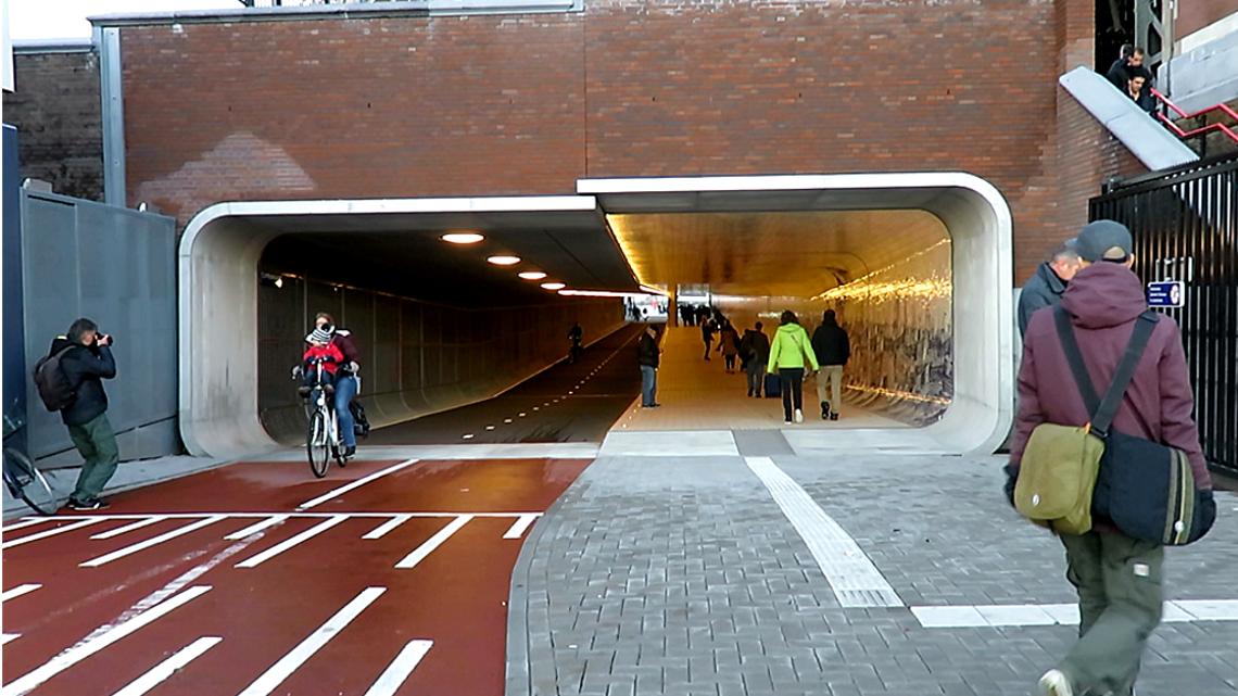 Tunnel ciclopedonale ad Amsterdam, la stazione centrale si rinnova