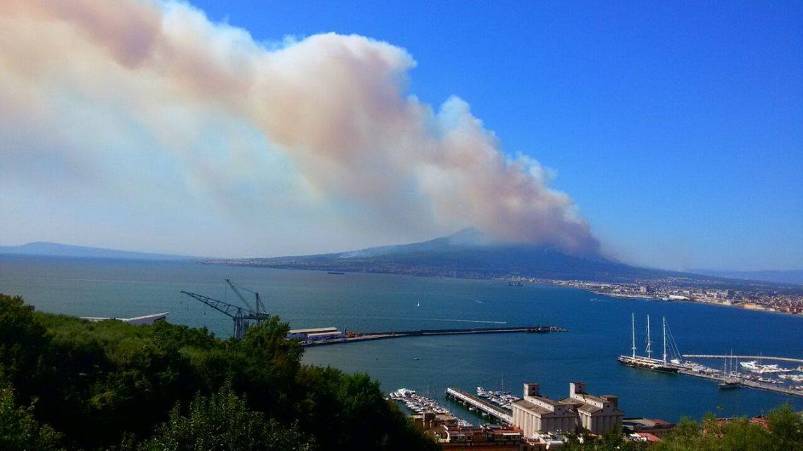 Vesuvio Incendi Dolosi Bruciano Decine Di Ettari Di Parco